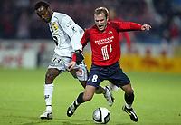 Fotball<br /> Frankrike 2004/05<br /> Lille v Bastia<br /> 16. oktober 2004<br /> Foto: Digitalsport<br /> NORWAY ONLY<br /> GEOFFREY DERNIS (LIL) / PASCAL CHIMBONDA (BAS)