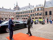 DEN HAAG, 27-6-2020 . Ridderzaal<br /> <br /> Koning Willem Alexander en minister-president Mark Rutte  in de Ridderzaal in Den Haag te gast tijdens de live televisie-uitzending van het Nationaal Comité Veteranendag op NPO1. De geplande festiviteiten rond de 16e editie van Nederlandse Veteranendag zijn vanwege de uitbraak van het coronavirus afgelast.