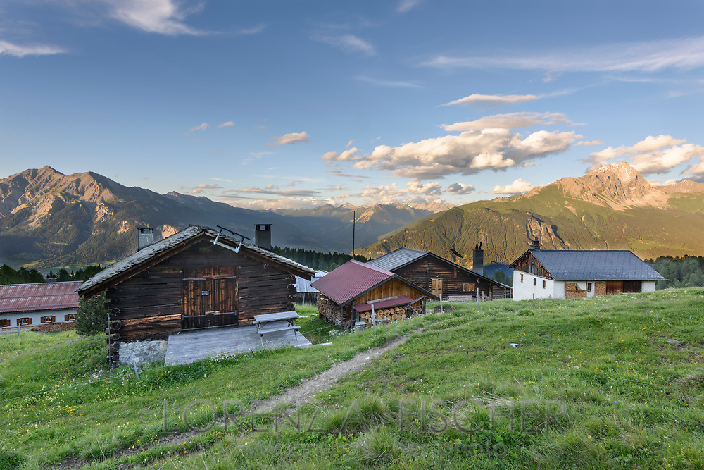 Das Maiensäss Munter oberhalb Salouf mit Lenzerhorn und Piz Mitgel, Parc Ela, Graubünden, Schweiz<br /> <br /> Alpine huts at Munter above Salouf, Parc Ela, Grisons, Switzerland