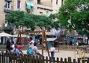 Spanje, Barcelona, 5-6-2005..Speelplaats voor kinderen in het oude centrum. toerisme, economie, vakantie, stedentrip, stadsgezicht. wonen, woning, woningnood, stadsvernieuwing. Immigranten, autochtonen, voorziening...Foto: Flip Franssen