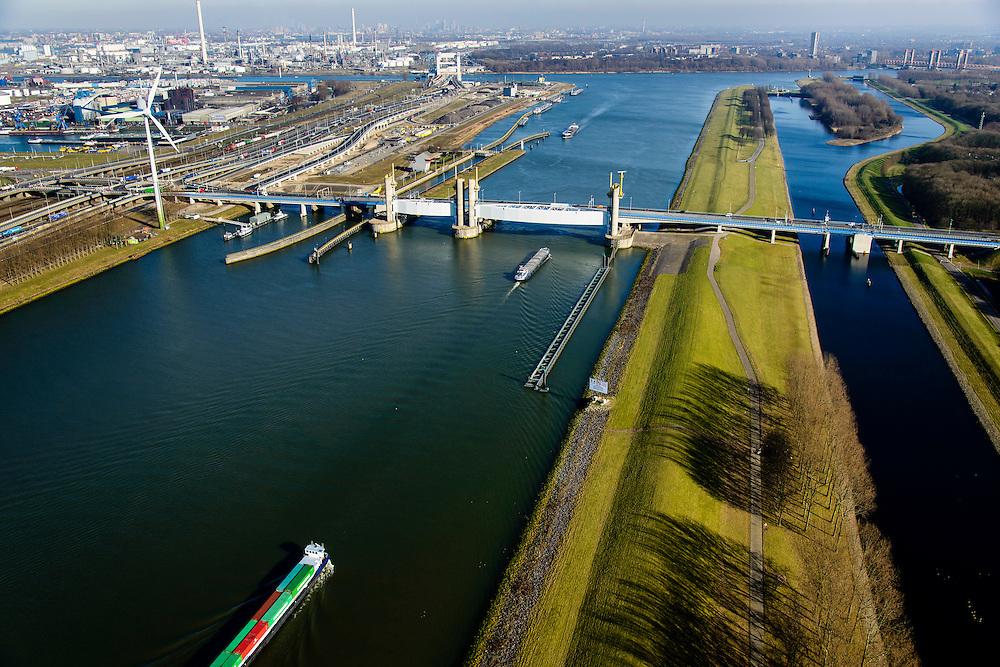 Nederland, Zuid-Holland, Rotterdam, 18-02-2015; Botlek, Hartelkanaal met Hartelkering (stormvloedkering). De kering, onderdeel van de Deltawerken, vormt samen met de Maeslantkering de Europoortkering en beschermt Rotterdam en achterland bij extreme waterstanden.<br /> In de achtergrond  Botlekbrug en Shell-olieraffinaderij. <br /> Storm surge barrier Hartelkering in the Hartel canal. Together with the greater nearby Maeslant barrier (in the New Waterway), the barrier proyect nearby Rotterdam and its hinterland.<br /> luchtfoto (toeslag op standard tarieven);<br /> aerial photo (additional fee required);<br /> copyright foto/photo Siebe Swart