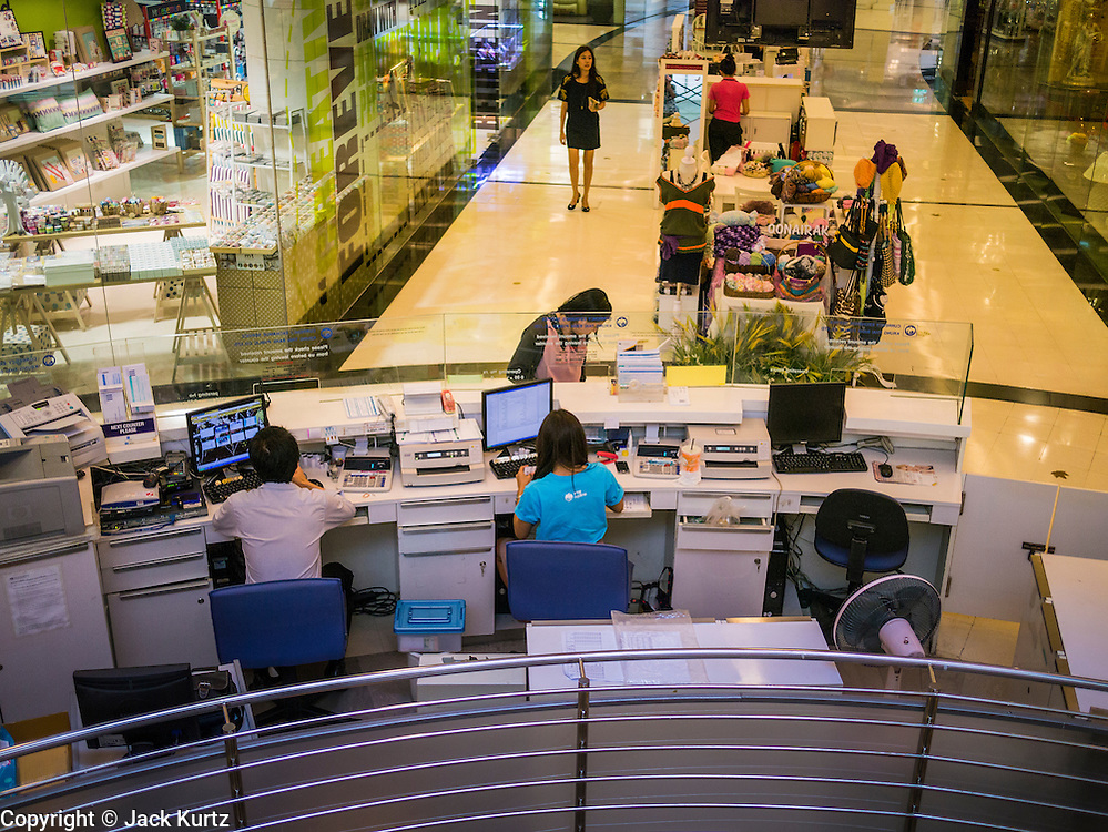 19 APRIL 2013 - BANGKOK, THAILAND: A currency exchange in the Emporium Shopping Center on Sukhmvit Road in Bangkok. The Thai Baht has appreciated dramatically against the US Dollar, Euro and Pound Sterling in recent months, lessening the spending power of expats who rely on those currencies in Thailand. The Emporium is one of Bangkok's newer, more high end shopping complexes and is popular with both the expat and Thai HiSo (High Society).       PHOTO BY JACK KURTZ