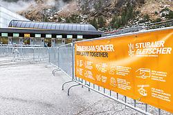 THEMENBILD - Wegeleitsystem regelt den täglichen Andrang der Skitouristen und Trainingsgruppen beim Zugang zu den Kassen und Liften bei der Talstation der Stubaier Gletscherbahn. Hinweis mit Covid-19 Verhaltensregeln. Neustift im Stubaital am Samstag, 24. Oktober 2020 // A guidance system regulates the daily rush of ski tourists and training groups at the access to the cash desks and lifts at the station of the Stubai Glacier cable car. Note with Covid-19 rules of conduct. Neustift in the Stubaital on Saturday, 24 October 2020. EXPA Pictures © 2020, PhotoCredit: EXPA/ Johann Groder
