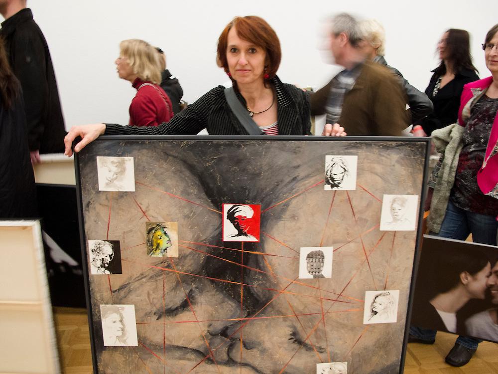 Nederland, Amsterdam, 10 mei 2012.Machteld bij inleveren voor tentoonstelling Liefde..Foto (c): Michiel Wijnbergh