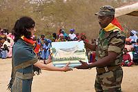10/Abril/2007 Senegal. Saint Louis<br /> Proyecto del CSIC de reintroducción de gacelas en Senegal.<br /> Entrega de cuadros conmemorativos a las autoridades de Senegal en el Parque de Gueumbeul.<br /> <br /> ©JOAN COSTA
