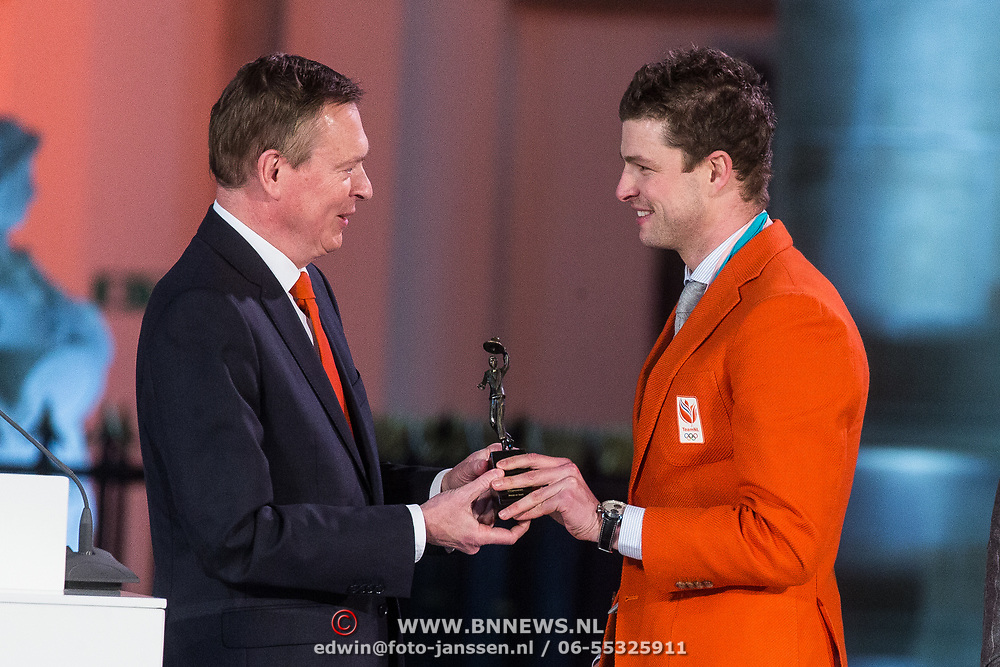 NLD/Den Haag/20180323 - Huldiging Olympische en Paralympische medaillewinnaars, Bruno Bruins, minister voor medische zorg en sport reikt de onderscheidingen uit aan Sven Kramer