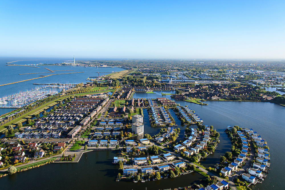 Nederland, Flevoland, Lelystad, 24-10-2013; eengezinswoningen en stadsvilla's in Lelystad-Haven, aan 't Bovenwater. Jachthaven Lelystad-Haven.<br /> Family houses and town villas in Lelystad-Haven.<br /> luchtfoto (toeslag op standaard tarieven);<br /> aerial photo (additional fee required);<br /> copyright foto/photo Siebe Swart.