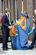 Koning Willem Alexander opent nieuw schoolgebouw Bartimeus, een organisatie voor blinden en slechtzienden.<br /> <br /> King Willem Alexander opens new school Bartimeus, an organization for the blind and visually impaired.<br /> <br /> Op de foto / On the photo: <br /> <br />  Koning Willem-Alexander onthult samen met twee leerlingen een plakette ///  King Willem-Alexander unveils a plaque along with two students