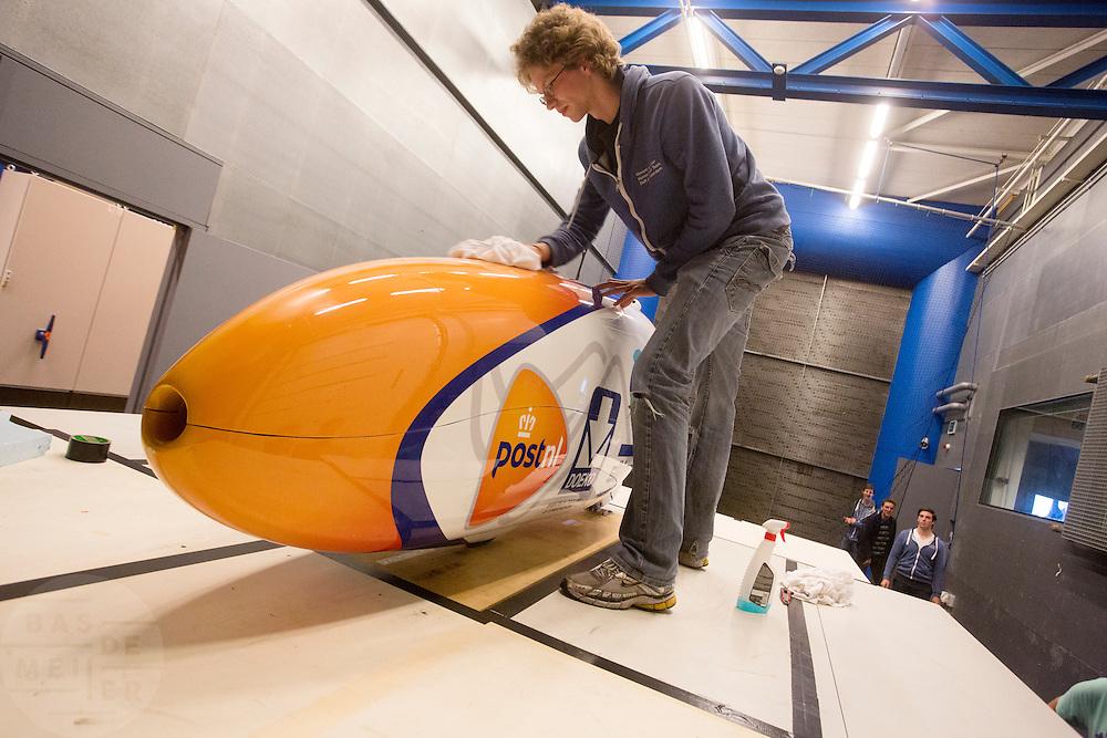 De Velox4 wordt gepoetst voor de test. In Delft test het Human Power Team Delft en Amsterdam (HPT) hun nieuwe fiets, de VeloX4, in de windtunnel. In september wil het HPT, dat bestaat uit studenten van de TU Delft en de VU Amsterdam, een poging doen het wereldrecord snelfietsen te verbreken, dat nu op 133,8 km/h staat tijdens de World Human Powered Speed Challenge.<br /> <br /> The Human Power Team Delft and Amsterdam (HPT) test their new bike, the VeloX4, in the wind tunnel in Delft. With the special recumbent bike the HPT, consisting of students of the TU Delft and the VU Amsterdam, also wants to set a new world record cycling in September at the World Human Powered Speed Challenge. The current speed record is 133,8 km/h.