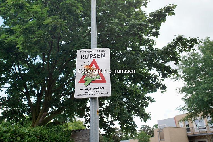 Nederland,Wijchen, 15-6-2020 een waarschuwingsbord voor de aanwezigheid van nesten van de eikenprocessierups.Foto: ANP/ Hollandse Hoogte/ Flip Franssen