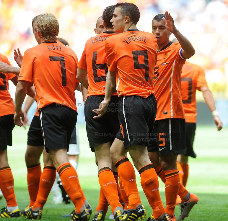 05-06-2010 VOETBAL: NEDERLAND - HONGARIJE: AMSTERDAM<br /> Nederland wint met 6-1 van Hongarije / Robin van Persie scoort de 1-0 op aangeven van Dirk Kuyt - Gregory van der Wiel en Mark van Bommel<br /> ©2010-WWW.FOTOHOOGENDOORN.NL