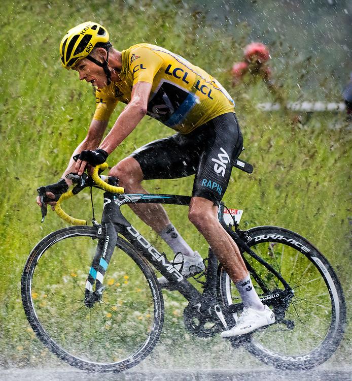 Frankrijk, Andorra Arcalis, 10-07-2016<br /> Wielrennen, Tour de France, 9e etappe.<br /> Van Vielha Val D'Aran naar Andorra Arcalis.<br /> Chris Froome tijdens de beklimming van de Andorra Arcalis in de stromende regen en de dikke hagelstenen.<br /> Foto: Klaas Jan van der Weij