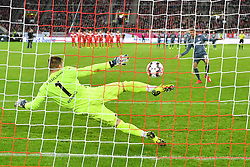DUESSELDORF, Jan. 13, 2019  Thomas Mueller (R) of Munich shoots a penalty kick during the Telecom cup semifinals between Fortuna Duesseldorf and FC Bayern Munich in Duesseldorf, Germany, Jan. 13, 2019. Bayern Munich won 8-7 in penalty shootout. (Credit Image: © Ulrich Hufnagel/Xinhua via ZUMA Wire)