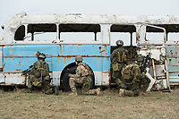 """03 APR 2012, LEHNIN/GERMANY:<br /> Kampfschwimmer der Bundeswehr trainieren """"an Land"""" infanteristische Kampf, hier Haeuserkampf- und Geiselbefreiungsszenarien auf einem Truppenuebungsplatz<br /> IMAGE: 20120403-01-125<br /> KEYWORDS: Marine, Bundesmarine, Soldat, Soldaten, Armee, Streitkraefte, Spezialkraefte, Spezialkräfte, Kommandoeinsatz, Übung, Uebung, Training, Spezialisierten Einsatzkraeften Marine, Waffentaucher"""