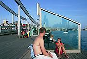 Spanje, Barcelona, 5-6-2005..Toeristen in de haven,  toerisme, economie, vakantie, stedentrip, stadsgezicht. Verkoeling zoeken aan het water, uitrusten, moe, recreatie. Vakantieganger...Foto: Flip Franssen