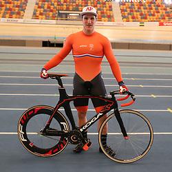 04-04-2017: Wielrennen: Persmoment KNWU: Apeldoorn<br /> APELDOORN (NED) baanwielrennen  <br /> Jeffrey Hoogland wil weten waar hij staat