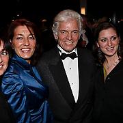 NLD/Zaandam/20081207 - Premiere Op Hoop van Zegen, Ben Cramer, partner Carla van der Waal en kinderen, geheel links dochter Nicole