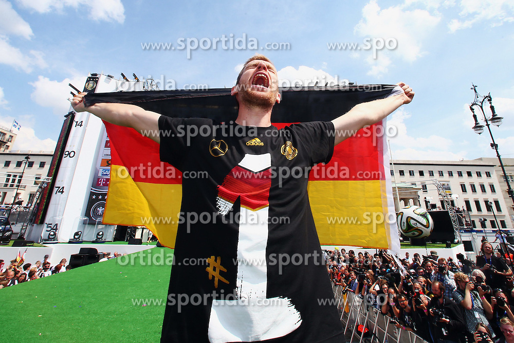 15.07.2014, Brandenburger Tor, Berlin, GER, FIFA WM, Empfang der Weltmeister in Deutschland, Finale, im Bild Per Mertesacker (GER) mit Deutschlandfahne // during Celebration of Team Germany for Champion of the FIFA Worldcup Brazil 2014 at the Brandenburger Tor in Berlin, Germany on 2014/07/15. EXPA Pictures © 2014, PhotoCredit: EXPA/ Eibner-Pressefoto/ Pool<br /> <br /> *****ATTENTION - OUT of GER*****