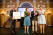 Koningin Máxima heeft in paleis Noordeinde de drie jaarlijkse Appeltjes van Oranje uitgereikt. Thema was dit jaar 'Samen zelf doen', als beloning voor gemeenschappelijke voorzieningen die geheel worden gerund door vrijwilligers. <br /> <br /> <br /> Queen Máxima at Noordeinde Palace awarded the Orange triennial Apples. Theme this year was' doing Together self, as a reward for communal facilities which are entirely run by volunteers.<br /> <br /> Op de foto / On the photo:  Koningin Maxima reikt op Paleis Noordeinde de Appeltjes van Oranje 2016 uit aan vertegenwoordigers van Stichting Behoud Leefbaarheid Nieuwer Ter Aar. <br /> <br /> Queen Maxima presented at Palace Noordeinde the Apples of Orange from 2016 to representatives of the Foundation for the Conservation Viability Newer Ter Aar.