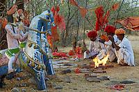 Inde, Rajasthan, village de Meda dans les environs de Jodhpur, population Rabari, priere au Mata Mandir (temple de la mere) // India, Rajasthan, Meda village around Jodhpur, Rabari ethnic group, prayer at Mata Mandir (Mother temple)
