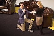 Een jongen vraagt op de knieen zijn vriendin ten huwelijk tijdens de SGP Jongerendag, de twee hadden elkaar een paar jaar eerder op de dag ontmoet. In Utrecht wordt de SGP Jongerendag gehouden. Tijdens de jongerendag wordt dit jaar het thema veiligheid behandeld. De SGP heeft de grootste politieke jongerenpartij van Nederland.