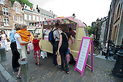 Een ijscowagen in het centrum van Utrecht.<br /> <br /> People are lining up to buy an ice cream.