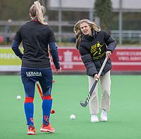 BILTHOVEN - Als eerbetoon aan de Victoria aanvoerder Daphne Voormolen, die vorige week werd geopereerd,  doen de dames de warming up in een speciaal ontworpen shirt,  met de tekst ,   voor de hoofdklasse hockeywedstrijd SCHC-Victoria . De geblesseerde Xan de Waard (SCHC)  COPYRIGHT KOEN SUYK