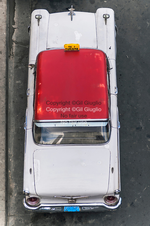 Cuba, Santiago de Cuba, Oriente, centre vieille ville, taxi sur place Cespedes // Cuba , Santiago de Cuba , Oriente , old city center, taxi car on Cespedes Square