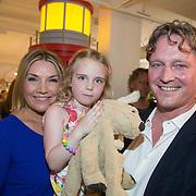 NLD/Amsterdam/20160529 , Boekpresentatie Het Groot Nederlands Knuffelboek van Gallyon van Vessem, Gallyon van Vessem met partner Greg de Jong en dochter Julie