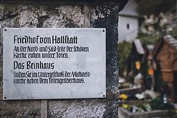 THEMENBILD - Eingangstafel zum Friedhof der Marktgemeinde während der Corona Pandemie, aufgenommen am 17. April 2019 in Hallstatt, Österreich // Entrance plaque to the cemetery of the village during the Corona Pandemic in Hallstatt, Austria on 2020/04/17. EXPA Pictures © 2020, PhotoCredit: EXPA/ JFK