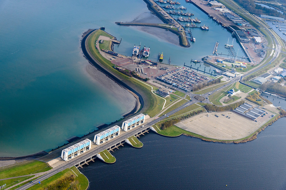 Nederland, Friesland, Groningen, Lauwersoog, 04-11-2018; Haven en Veerhaven voor veerdienst naar Schiermonnikoog. Schutsluis Robbengatsluis tussen Lauwersmeer en Waddenzee (links), afsluitdijk met R.J. Cleveringsluizen, de spuisluizen.<br /> Lauwersmeer and harbour on the border between Groningen and Friesland, Wadden sea and former Lauwers sea.<br /> <br /> luchtfoto (toeslag op standaard tarieven);<br /> aerial photo (additional fee required);<br /> copyright © foto/photo Siebe Swart