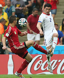 18-06-2014 BRA: World Cup Spanje - Chili, Rio Janeiro<br /> Chili wint met 2-0 van Spanje die door deze uitslag is  uitgeschakeld / Eugenio Mena (R) competes with Spain's Cesar Azpilicueta<br /> <br /> *** NETHERLANDS ONLY ***