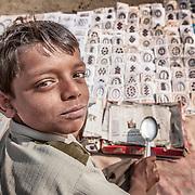 Allahabad 2007 01 30 Kumbh Mela <br /> Porträtt av en liten pojke som säljer saker till pilgrimerna <br /> ----<br /> FOTO : JOACHIM NYWALL KOD 0708840825_1<br /> COPYRIGHT JOACHIM NYWALL<br /> <br /> ***BETALBILD***<br /> Redovisas till <br /> NYWALL MEDIA AB<br /> Strandgatan 30<br /> 461 31 Trollhättan<br /> Prislista enl BLF , om inget annat avtalas.