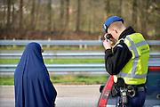 Nederland, Eijsden, 12-2-2016 Grenscontrole door de marechaussee op de A2 tegen illegalen en mensensmokkelaars. (afgebeelde mensen hebben geen bezwaar gemaakt). Mensensmokkel via Belgie. The Netherlands, Nederland,Extra border security on the N325 higway by the Military Police at the border with Belgium. Foto: Flip Franssen / Hollandse Hoogte Foto: Flip Franssen