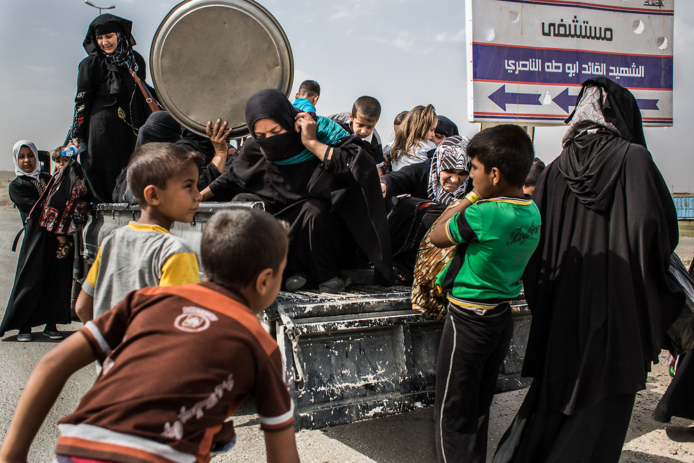 Women and children flee for refuge as the battle gets intense in West Mosul, Iraq.<br /> <br /> 女性と子供たちがISISとイラク軍の戦闘に巻き込まれるのを恐れて避難する。2017年5月撮影、イラク。