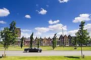 Een gezin rijdt in een BMW 3-serie cabriolet door de nieuwbouwwijk Amersfoort Vathorst.<br /> <br /> A family is driving in an BMW convertible at Amersfoort Vathorst