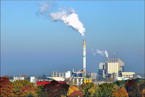 Nederland, Nijmegen, 27-10-2015 Elektriciteitscentrale van Electrabel, onderdeel van GDF SUEZ Energie Nederland. Het is een kolengestookte centrale, en wordt begin 2016 gesloten vanwege ouderdom en stroomoverschot. Er wordt ook biomassa en houtsnippers verstookt. Op het terrein zal een zonnepanelenpark gebouwd worden. Power plant will shut down early 2016 because of electricity surplus and co2 emissions Foto: Flip Franssen/HH