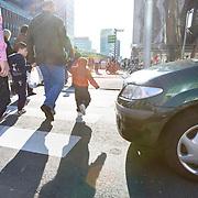Nederland Rotterdam 21-03-2009 20090321Foto: David Rozing ..Mensen kind steken straat, de coolsingel, over via zebrapad terwijl auto wacht en voorrang verleent People crossing  the street..Foto: David Rozing