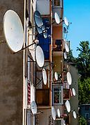Anteny satelitarne na budynku w centrum miasta, Duszniki-Zdrój, Polska<br /> Satellite antennas on a building in the city center, Duszniki-Zdrój, Poland