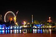 Turkije, Ankara, 5-6-2011Genclik Park, een nieuw vormgegeven park met moderne architectuur en water en fontein in kleurrijk licht. Het licht naast het amusementspark, een lunapark,kermis.Foto: Flip Franssen