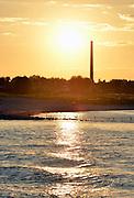 Nederland, Beuningen, 11-9-2015 Zonsondergang boven de Waal met een schoorsteen van een voormalige steenfabriek die  langs de rivier staat. De klei, rivierklei was grondstof voor de baksteenindustrie. Tegenwoordig zijn nog maar weinig van deze fabrieken in bedrijf. meestal waren ze te klein om te overleven.FOTO: FLIP FRANSSEN/ HH