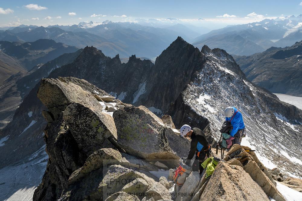 Zwei Alpinisten rüsten sich auf dem Galengrat zum Abseilen, Furka, Uri, Schweiz<br /> <br /> Two alpinists on the Galengrat are prepairing the abseiling, Furka, Uri, Switzerland