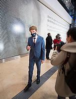 """DEU, Deutschland, Germany, Berlin, 30.10.2020: Feierliche Enthüllung der Willy-Brandt-Wand im Flughafen Berlin Brandenburg """"Willy Brandt"""", BER, Terminal 1. Engelbert Lütke Daldrup, Vorsitzender der Geschäftsführung BER."""