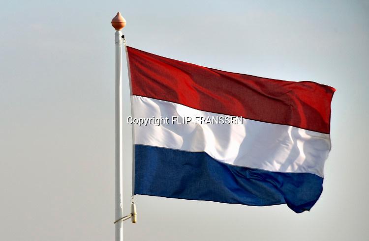 Nederland, Afsluitdijk, 30-2-2018Nederlandse vlag wappert bij het monument van de afsluiting. Op de achtergrond het IJsselmeer. Foto: Flip Franssen