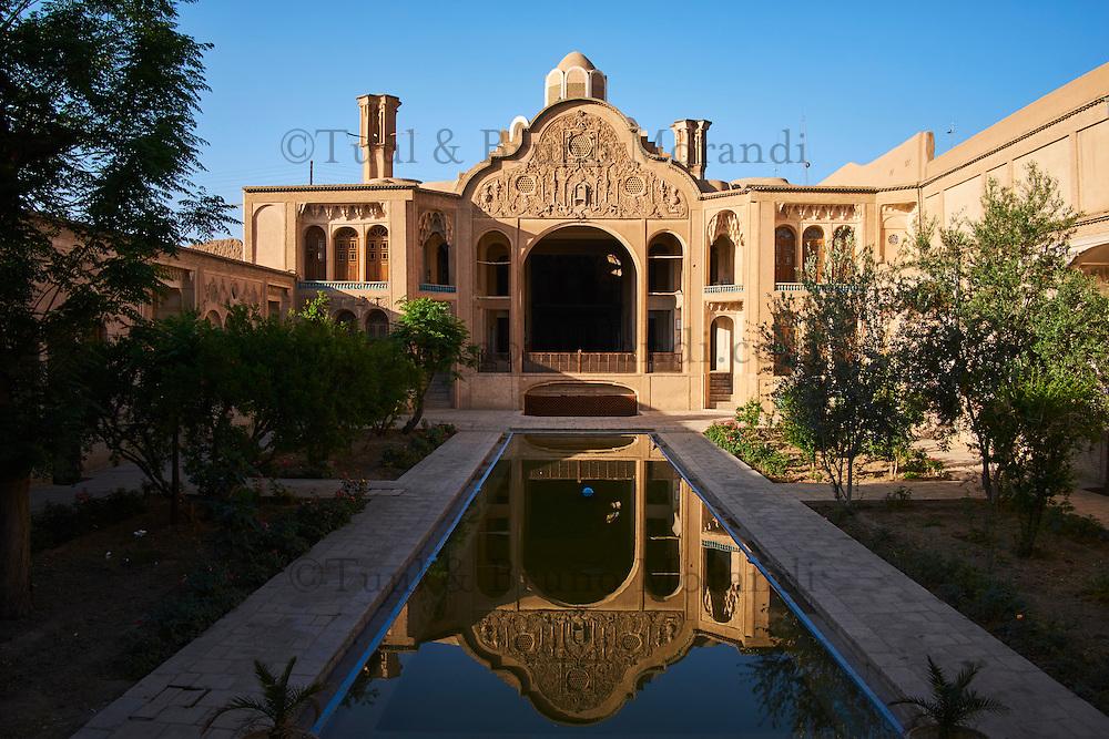 Iran, Province d'Ispahan, Kashan, le Khan-e-Borujerdi datant du XIXe siècle, demeure de riches marchands de tapis avec le fronton sculpté et des badgirs // Iran, Isfahan province, Kashan city, le khan-e-Borujerdi, house of a rich merchant with windtowers