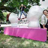 Nederland, Amsterdam , 15 juni 2014.<br /> Art Zuid Junior.<br /> Plaatjes zijn het, de beelden van ARTZUID Junior die momenteel worden opgebouwd in het Vondelpark. De door scholieren ontworpen kunstwerken zijn op enorm formaat uitvergroot en door professionele kunstenaars uitgevoerd. In totaal worden de komende dagen 20 kunstwerken geplaatst. Zondag is om 11.00 uur de officiële opening door Prins Maurits, Beschermheer van Stichting Hart voor het Vondelpark. De expositie in het kader van 150 jaar Vondelpark duurt tot en met 24 augustus<br /> Op de foto het kunstwerk genaamd de Kus, van de jongste ontwerper Sabina Bruinsma (midden op het kunstwerk) 8 jaar ontwerp leerling Buitenveldertse Montesorischool en de uitvoerster kunstenares Saske van der Eerden.<br /> Art by children. Sculpture designed by children and executed by artist Saske van der Eerden in the 150-year old Vondelpark in Amsterdam.