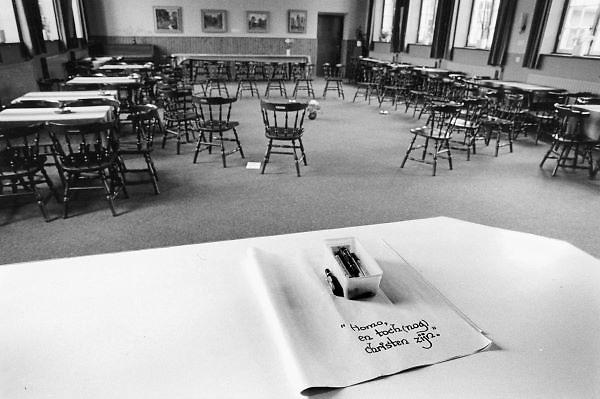 Nederland, Heeswijk Dinther, 15-11-1984In het klooster van de Norbertijnen heeft een gespreksgroep theepauze. Zij zijn bezig met het onderwerp homo en christen zijn.Foto: Flip Franssen/Hollandse Hoogte