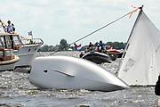 Koningin Beatrix bij vlootschouw jubileum KWVL, Loosdrecht. /// Queen Beatrix Jubilee naval review KWVL<br /> <br /> Op de foto / On the photo:  Een zeiler is omgeslagen door de krachtige wind