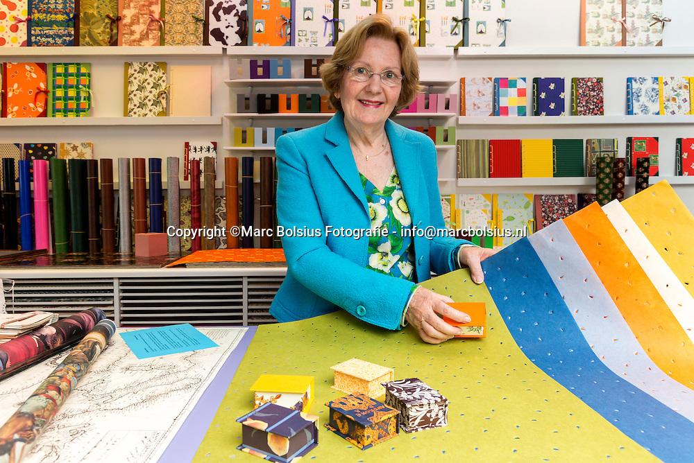 Nederland,  Zaltbommel,Rubriek Speciaalzaak,&Katern, Josephine de Wiltin haar zaak met exclusief inpakpapier.