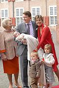 Prinses Leonore dochter , de jongste dochter van Prins Constantijn en  Prinses Laurentien is zondagochtend 8 oktober 2006 in  de kapel van Paleis Het Loo  in Apeldoorn gedoopt. / Princes Leonore, the jongest daughter of Prince Constantijn en Princes Laurentien, is baptist in Palace Het Loo in Apeldoorn.<br /> <br /> Op de foto / On the photo:  Prins Constantijn en prinses Laurentien arriveren met hun kinderen Claus Casimir, Eloise en Leonore Ze weorden vergezeld door Koningin Beatrix / Prince Constantijn and Princes Laurentien arrive with their children Claus Casimir, Eloise and Leonore. On the left Queen Beatrix .